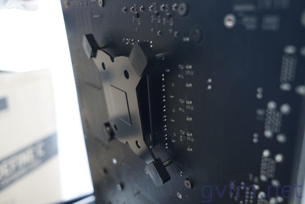 CPUクーラー虎徹のバックパネルをマザーボードに取り付ける