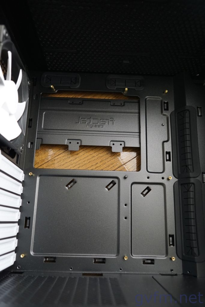 PCケースにマザーボード固定用のスペーサーを取り付け