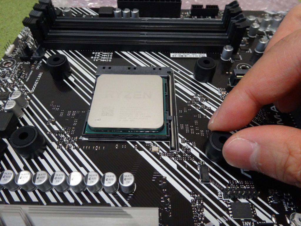 CPUファン付属のゴム台の取付