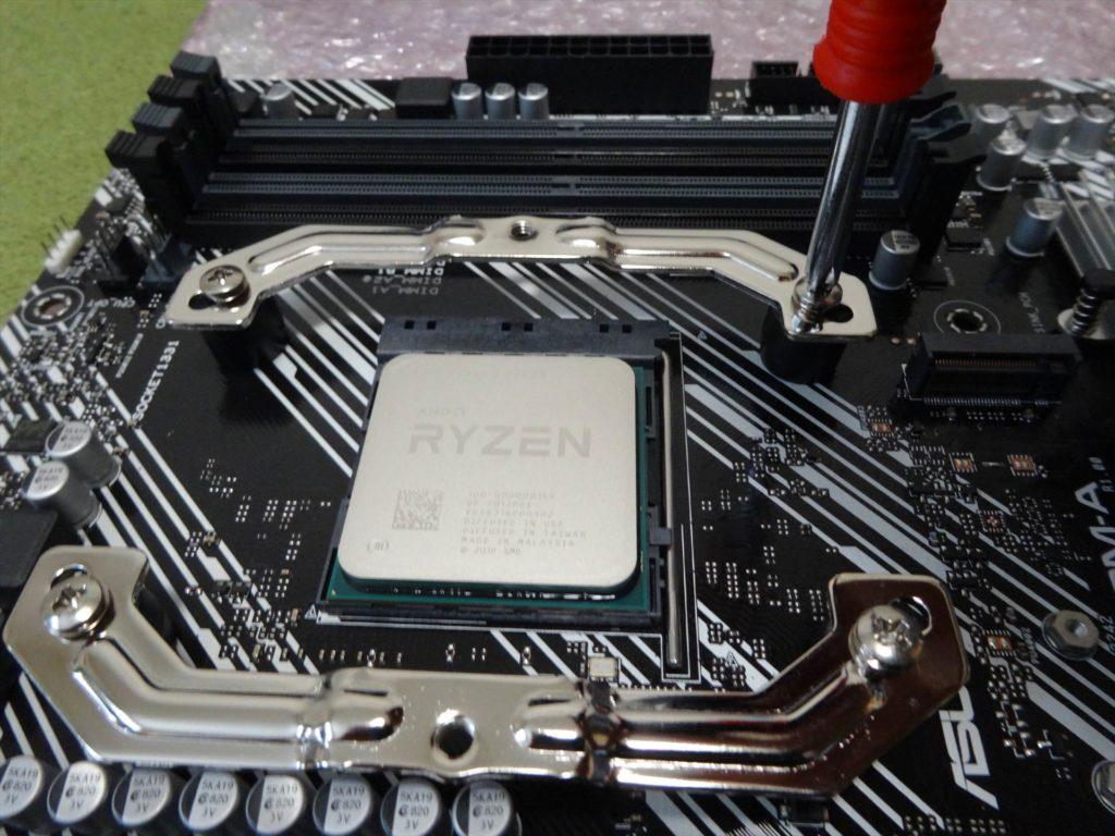 CPUファン付属の専用金具の取付