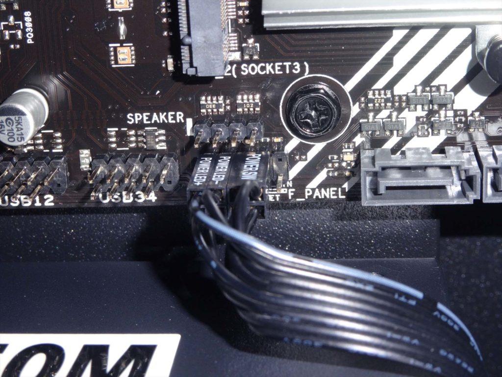 マザーボードに電源スイッチ、リセットスイッチ、パワーLED、SSDアクセスランプ用のコネクタの取付