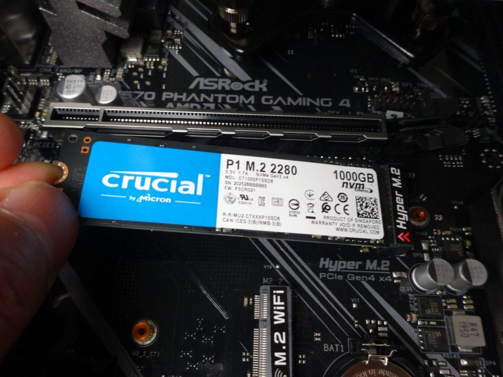M.2 SSDのコネクタへの取り付け